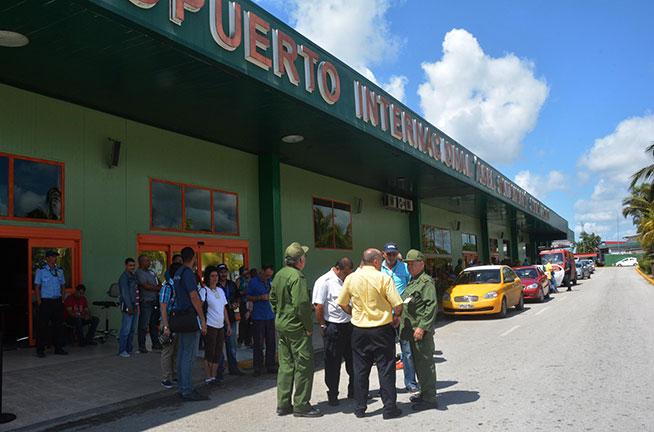El General de División Ramón Pardo Guerra, jefe del Estado Mayor de la Defensa Civil, recorre instalaciones del Aeropuerto Internacional Abel Santamaría Cuadrado, tras las afectaciones provocadas por una tormenta local severa, en el municipio de Santa Clara, provincia Villa Clara, Cuba, el 29 de abril de 2019.