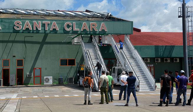 Trabajadores del Aeropuerto Internacional Abel Santamaría Cuadrado realizan labores de recuperación en la terminal, tras las afectaciones provocadas por una tormenta local severa, en el municipio de Santa Clara, provincia Villa Clara, Cuba, el 29 de abril de 2019.