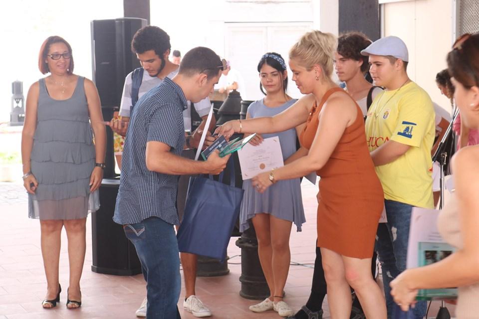 Entregan premios del concurso anual de fotografía Jóvenes en el lente