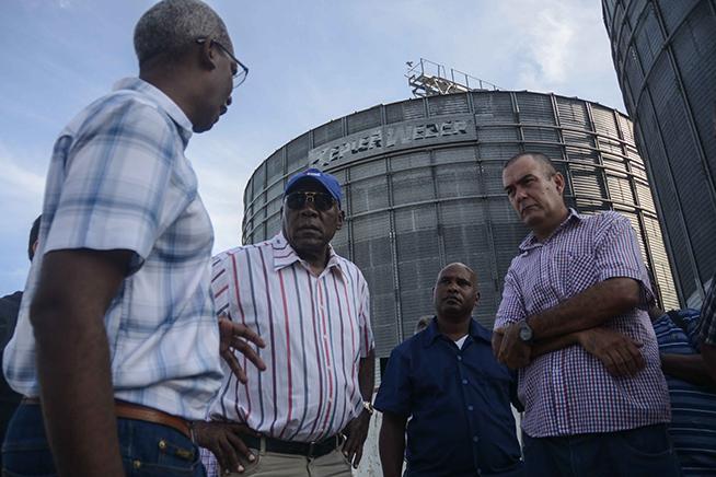 Valdés Mesa verifica mantenimiento de silos para almacenamiento de maíz