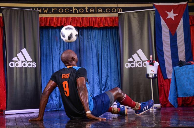 Erick Hernández, rompe su récord de dominio del balón solo con la cabeza y sentado en 1:02.05 horas, en el hotel Roc Barlovento, en Varadero, Matanzas, el 17 agosto de 2019.