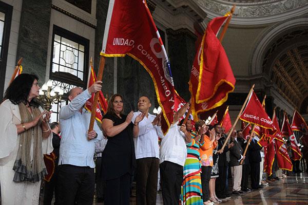 Colectivos destacados reciben bandera Aniversario 80 de Central de Trabajadores de Cuba (+ Fotos)