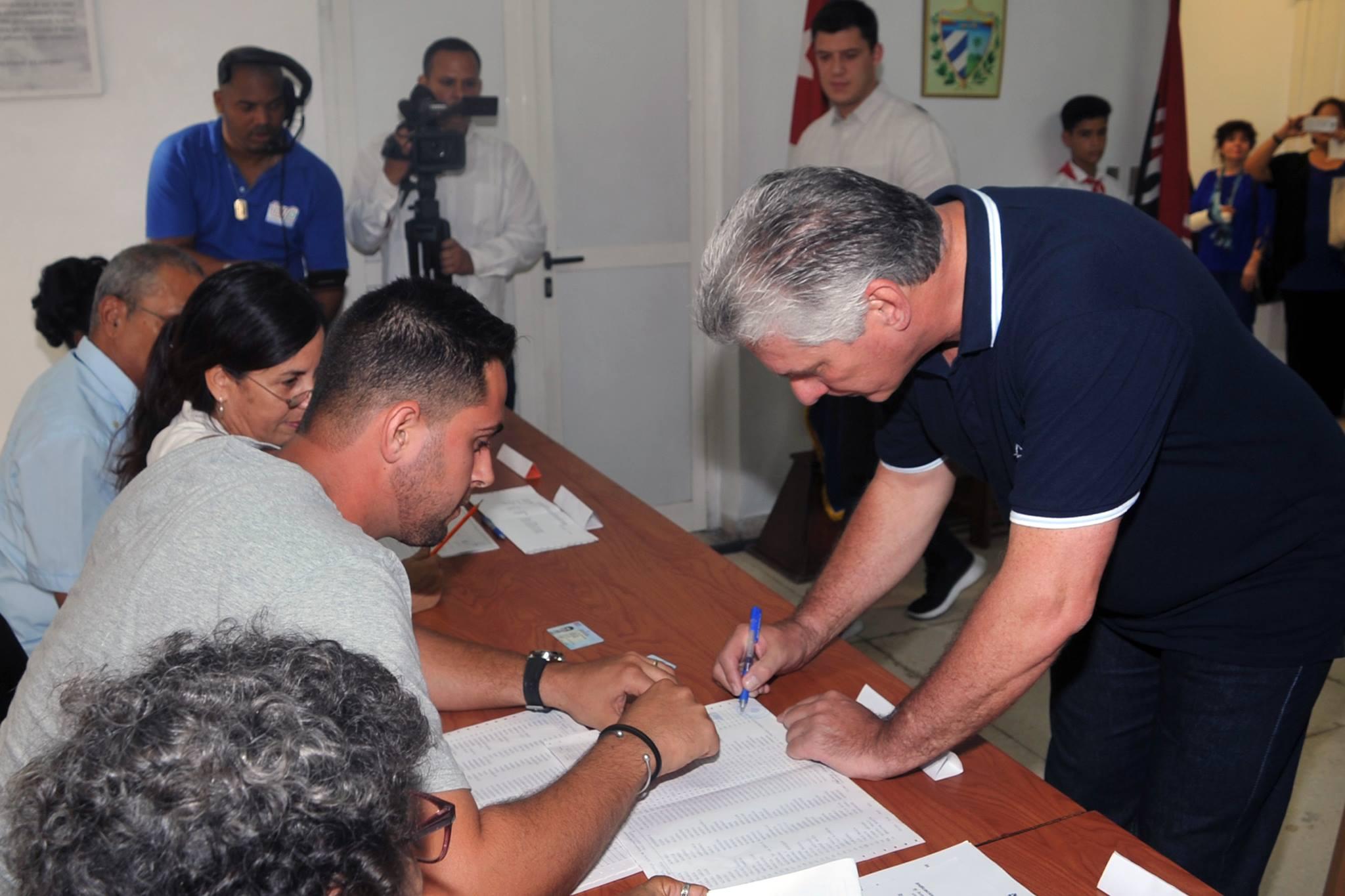 0224-Díaz-Canel votando Constitución-2.jpg