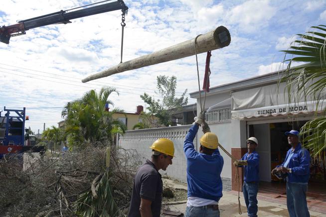 Trabajadores laboran para la recuperación de los desastres ocacionados por el tornado