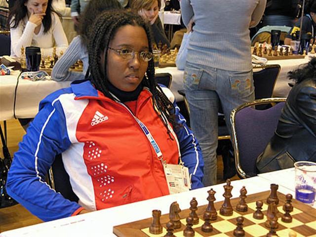 La santiaguera Oleiny Linares ganó por cuarta ocasión y se quedó sola en la cima del Campeonato Nacional de ajedrez entre mujeres con 5,5 puntos en las siete rondas jugadas en la ciudad de Holguín, mientras en Santa Clara son cuatro los hombres que lideran luego de tres fechas.