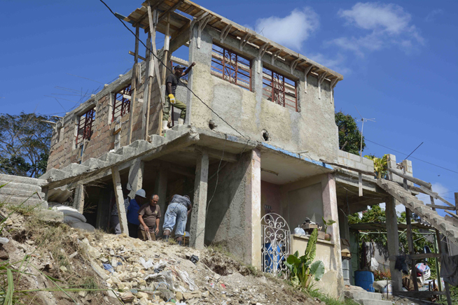 Reparan casa de damnificado por el tornado, en el municipio de Regla, en La Habana, Cuba, el 4 de febrero de 2019.
