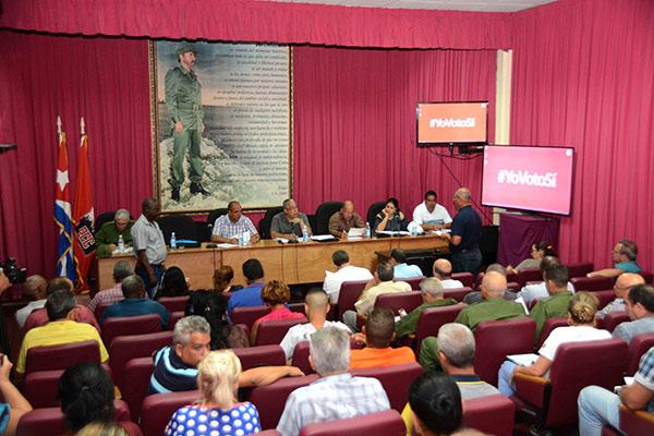 Reunión del Consejo de Defensa Provincial (CDP), presidida por Luis Antonio Torres Iríbar (segundo de izq. a der.), y Reinaldo García Zapata (I), presidente y vicepresidente del (CDP) respectivamente, en La Habana, el 9 de febrero de 2019, para analizar el proceso de recuperación en las zonas afectadas por el tornado. ACN  FOTO/Modesto GUTIÉRREZ  CABO