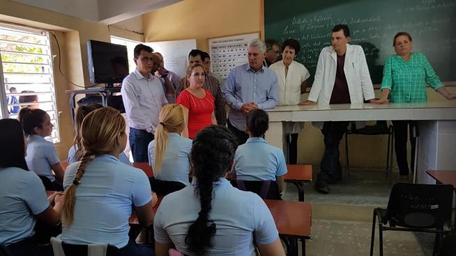 Hasta el preuniversitario Calixto García, en el tunero municipio de Puerto Padre, llega el presidente Díaz-Canel. Intercambia con los jóvenes acerca de su vida estudiantil y sus aspiraciones.