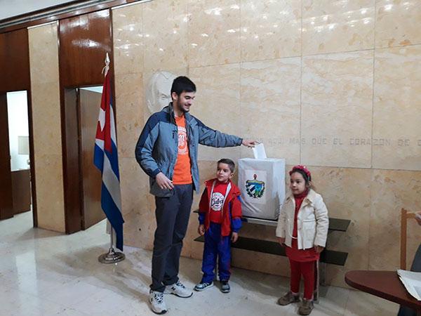 Participan en referendo constitucional cubanos de misión en el exterior (+ Fotos)