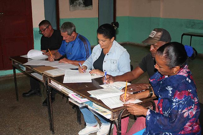 Las autoridades electorales del colegio número 1 de la circunscripción 31, aseguran que están listos para el próximo Referendo Constitucional, en Artemisa, Cuba, 17 de febrero de 2019.