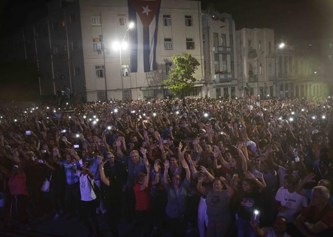 Miles de cubanos alzaron sus voces en la noche de este lunes 25 de febrero junto a reconocidos músicos de la isla, en un concierto convocado por la Unión de Jóvenes Comunistas (UJC) y el Ministerio de Cultura, para celebrar la victoria alcanzada en el referendo constitucional.