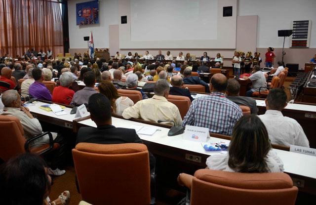 Ministro cubano de Economía llama a desarrollar el país