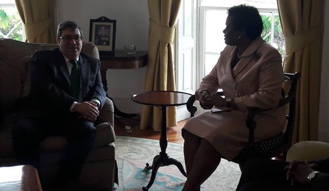 El Ministro de Relaciones Exteriores de Cuba, Bruno Rodríguez Parrilla, sostuvo hoy un cordial intercambio con la Gobernadora General de Barbados, Sandra Mason, como parte de la visita que realiza a esa nación caribeña.