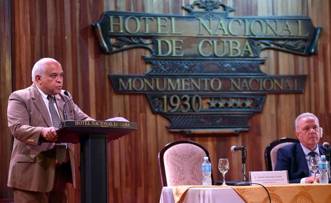 Orlando Hernández Guillén (I), Presidente de la Cámara de Comercio de la República de Cuba, interviene en la inauguración del Foro de Negocios sobre inversión extranjera, con sede en el Hotel Nacional, en La Habana, el 21 de junio de 2019.