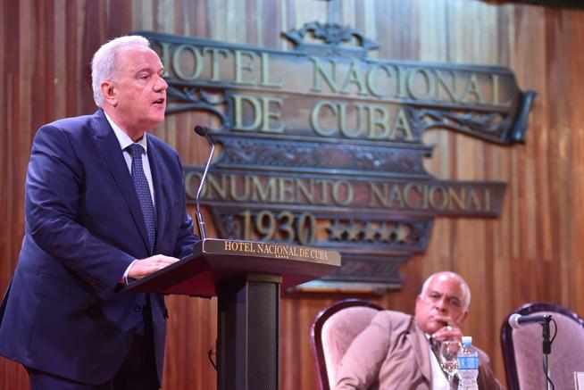 Neven Mimica (I), Comisario de Cooperación Internacional y Desarrollo de la Comisión Europea, interviene en la inauguración del Foro de Negocios sobre inversión extranjera en Cuba, con sede en el Hotel Nacional, en La Habana, el 21 de junio de 2019.