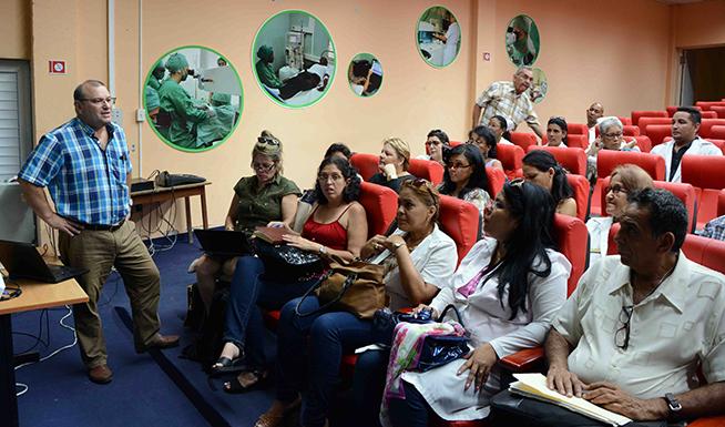 El Dr. C. Nivaldo Linares Pérez (D), especialista en Epidemiología del Instituto Finlay de Vacuna, presentó el proyecto para la implementación del ensayo clínico de la vacuna contra el Neumococo que será aplicado en áreas de la atención primaria de salud en el municipio Santiago de Cuba, 26 de junio de 2019.