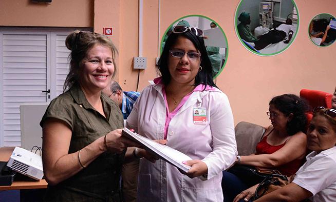 La Dra. María Eugenia Toledo Romaní (I), especialista e investigadora del Instituto de Medicina Tropical Pedro Kouri (IPK), entregó a las autoridades de salud de Santiago de Cuba el protocolo del ensayo clínico para la implementación de la vacuna contra el Neumococo, el 26 de junio de 2019.
