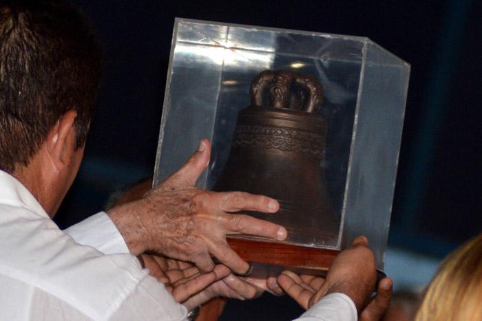 Otorgan a Raúl Castro en Granma réplica de Campana de La Demajagua (+ Fotos)