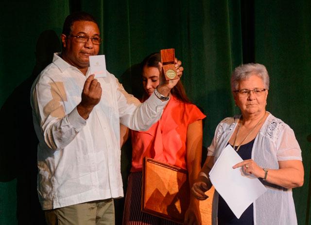 Conceden a Raúl sello de fundador de Contraloría General de la República