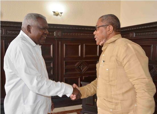 Recibe Esteban Lazo Hernández (I), presidente de la Asamblea Nacional del Poder Popular (ANPP), a Samuel Hendrik Goagoseb (D), embajador de la República de Namibia, en el Capitolio Nacional, sede institucional de la ANPP, en La Habana, Cuba, el 14 de marzo de 2019