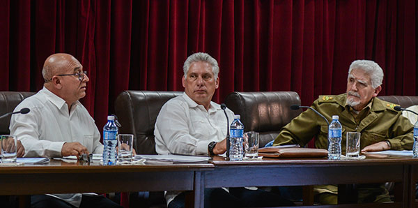 Intervención de René Mesa Villafaña (I), ministro de la Construcción (MICONS), en la Asamblea de Balance del MICONS, presidida por Miguel Díaz-Canel Bermúdez (C), Presidente de los Consejos de Estado y de Ministros (CEM), y el Comandante de la Revolución Ramiro Valdés Menéndez (D), Vicepresidente de los CEM, en la sede del MICONS, en La Habana, el 18 de marzo de 2019. ACN FOTO/ Marcelino VÁZQUEZ HERNÁNDEZ