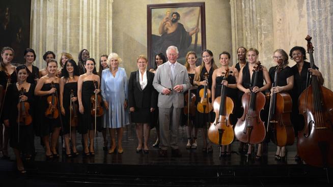 El Príncipe Carlos de Gales (C), y Camilla Parker (centro izq.), Duquesa de Cornualles, junto a la Camerata Romeu, en la iglesia de San Francisco de Asís, durante el recorrido por el Casco Histrórico de La Habana, Cuba, el 25 de marzo de 2019.