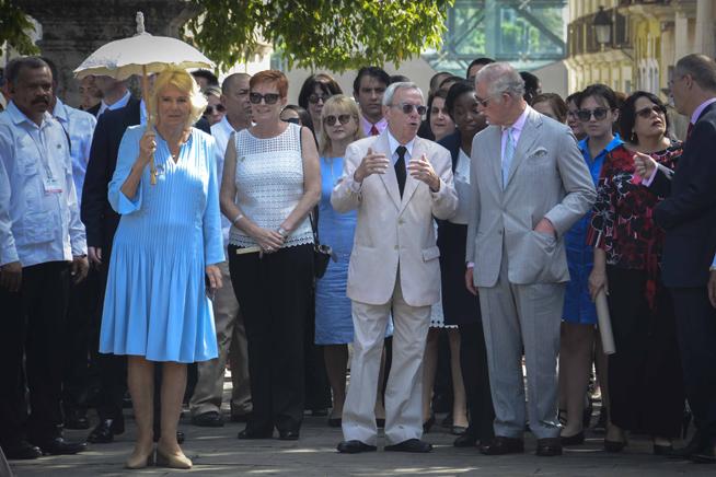 El Príncipe Carlos de Gales (C), y Camilla Parker (I), Duquesa de Cornualles, con el  Historiador de la Ciudad Dr. Eusebio Leal Spengler (D), como anfitrión, durante el recorrido por el Casco Histrórico de La Habana, Cuba, el 25 de marzo de 2019.