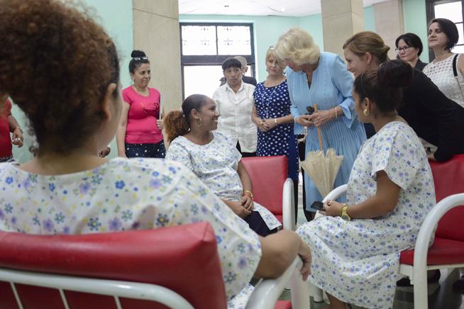 Camilla Parker (centro der.), Duquesa de Cornualles, visita un Hogar Materno, durante el recorrido por el Casco Histrórico de La Habana, Cuba, el 25 de marzo de 2019.