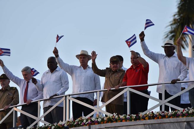 Raúl y Díaz-Canel presiden desfile capitalino por el Día de los Trabajadores