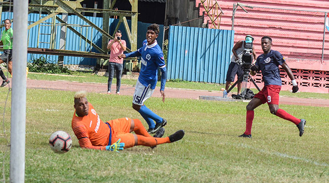 """Los habaneros """"Leones Capitalinos"""" (de azul y blanco), vencen tres goles por dos a los santiagueros """"Diablos Rojos"""" (de azul y rojo), en el primer juego de la final, en la 104ta. Liga Nacional de Fútbol, en el estadio Pedro Marrero de La Habana, el 11 de mayo de 2019."""