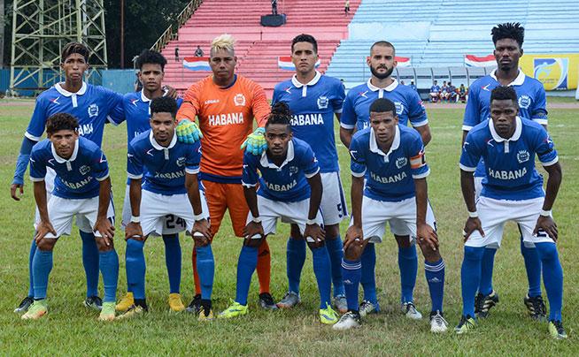 """Los habaneros """"Leones Capitalinos"""", en el primer juego de la final, en la 104ta. Liga Nacional de Fútbol, en el estadio Pedro Marrero de La Habana, el 11 de mayo de 2019."""