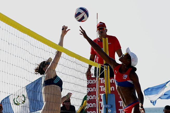 La cubana Lidiannis Echevarría (D), durante la cuarta parada del Torneo de Voleibol de Playa del Circuito de la Confederación Norte, Centroamérica y el Caribe (NORCECA), en el hotel Barceló Solymar Arenas Blancas del famoso balneario de Varadero, en Matanzas, Cuba, el 11 de mayo de 2019.