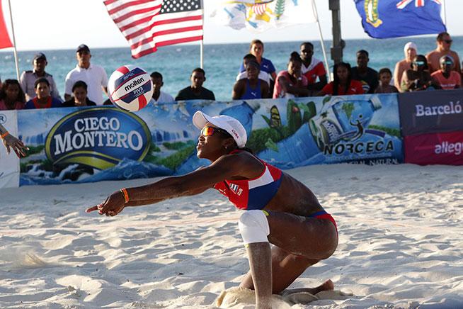 La cubana Lidiannis Echevarría, durante la cuarta parada del Torneo de Voleibol de Playa del Circuito de la Confederación Norte, Centroamérica y el Caribe (NORCECA), en el hotel Barceló Solymar Arenas Blancas del famoso balneario de Varadero, en Matanzas, Cuba, el 11 de mayo de 2019.