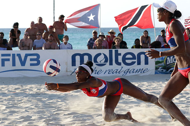 La dupla cubana de Mailén Deliz y Leila Martínez, durante la cuarta parada del Torneo de Voleibol de Playa del Circuito de la Confederación Norte, Centroamérica y el Caribe (NORCECA), en el hotel Barceló Solymar Arenas Blancas del famoso balneario de Varadero, en Matanzas, Cuba, el 11 de mayo de 2019.