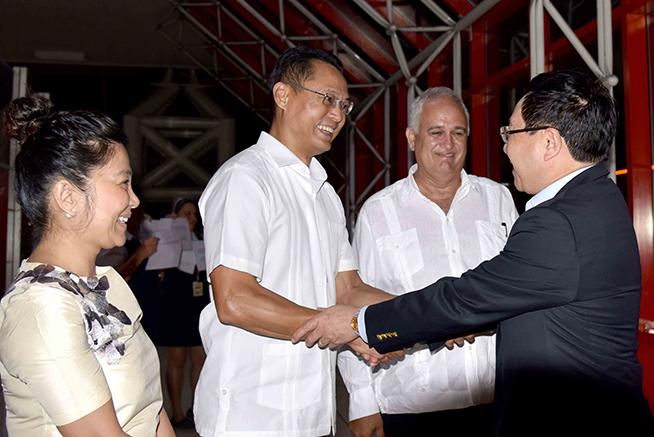 Pham Binh Minh (D), viceprimer Ministro y ministro de Relaciones Exteriores de Vietnam, es recibido por Emilio Lozada (C. der.), director general de Asuntos Multilaterales del Ministerio de Relaciones Exteriores de Cuba, y por el embajador de Vietnam en Cuba, Nguyen Trung Thanh (C. izq.), a su arribo por la terminal tres del Aeropuerto Internacional José Martí , en La Habana, el 19 de mayo de 2019.