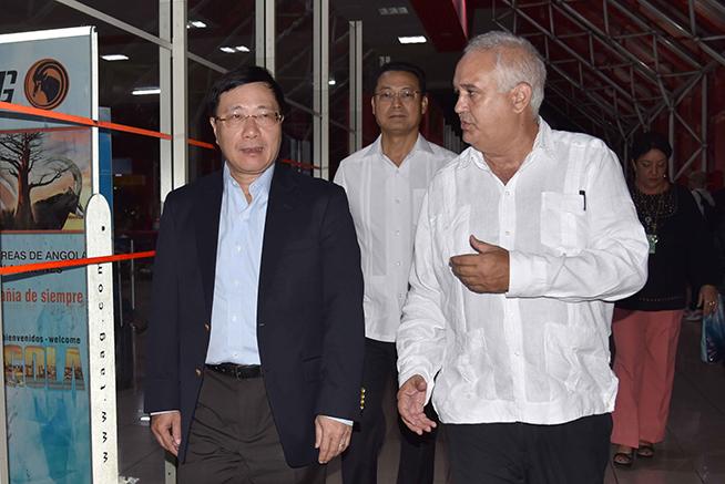 Pham Binh Minh (I), viceprimer Ministro y ministro de Relaciones Exteriores de Vietnam, es recibido por Emilio Lozada (D), director general de Asuntos Multilaterales del Ministerio de Relaciones Exteriores de Cuba, a su arribo por la terminal tres del Aeropuerto Internacional José Martí , en La Habana, el 19 de mayo de 2019.