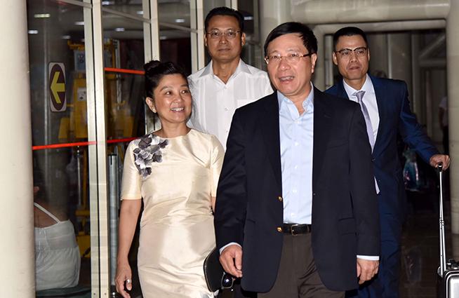 Pham Binh Minh (D), viceprimer Ministro y ministro de Relaciones Exteriores de Vietnam, a su arribo por la terminal tres del Aeropuerto Internacional José Martí , en La Habana, Cuba, el 19 de mayo de 2019.