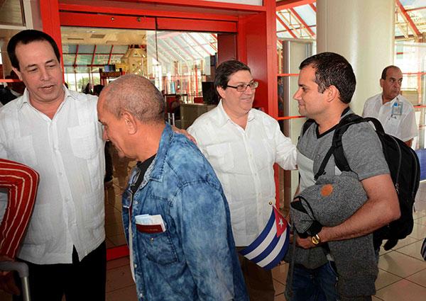 Canciller cubano da la bienvenida a último grupo de colaboradores procedentes de Bolivia (+Fotos)
