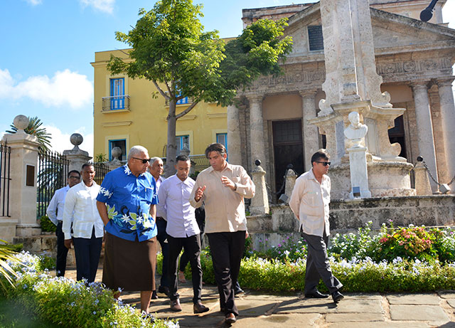 Recorre Primer Ministro de Fiji áreas del centro histórico de La Habana Vieja (+ Fotos)