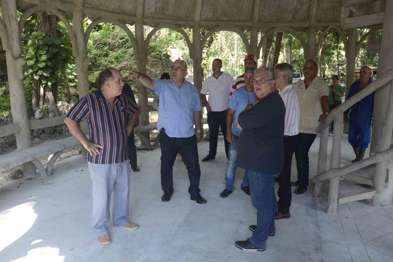 Luis Antonio Torres Iríbar (C izq.), primer secretario del Comité Provincial del Partido Comunista de Cuba en La Habana, realiza un recorrido por los Jardínes de la Tropical, el 6 de octubre de 2019, con motivo del aniversario 500 de la fundación de la Villa de San Cristóbal de La Habana