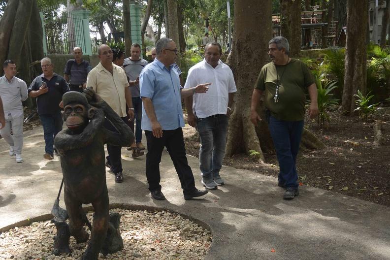 Luis Antonio Torres Iríbar (C), primer secretario del Comité Provincial del Partido Comunista de Cuba, realiza un recorrido por La finca de los Monos, el 6 de octubre de 2019, con motivo del aniversario 500 de la fundación de la Villa de San Cristóbal de La Habana