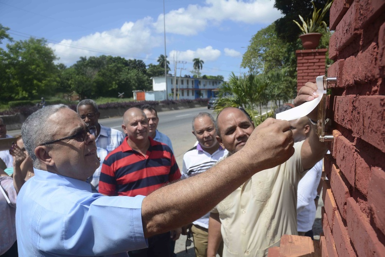 Luis Antonio Torres Iríbar (I), primer secretario del Comité Provincial del Partido Comunista de Cuba, junto a Reynaldo García Zapata (D), presidente de la Asamblea Provincial del Poder Popular, develan placa por el aniversario 500 de la fundación de la Villa de San Cristóbal de La Habana, en el ranchón Las Palmitas, el 6 de octubre de 2019.