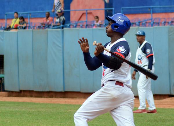 Se mantienen los camagüeyanos en la cima del Béisbol cubano