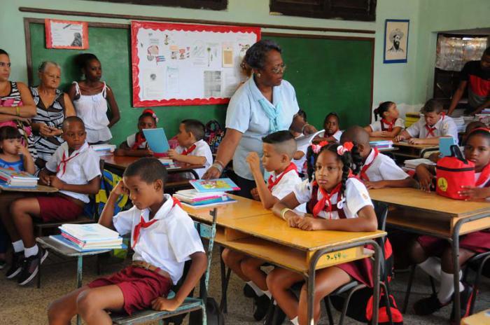 Escuelas cubanas hacen frente a la actual crisis energética
