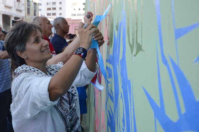Interaccción de los asistentes con las obras presentadas, durante la inauguración del proyecto Detrás del Muro (Dedelmu), que acoge la XIII Bienal de La Habana, en Cuba, el 14 de abril de 2019.
