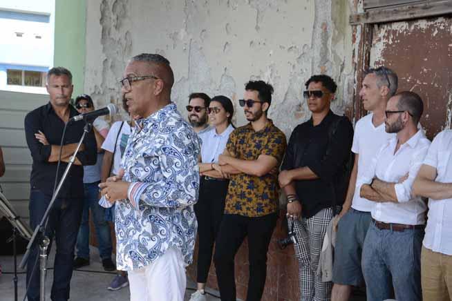Juan Delgado Calzadilla, curador general del proyecto Detrás del Muro (Dedelmu), interviene durante la inauguración de la tercera edición, que acoge la XIII Bienal de La Habana, Cuba, el 14 de abril de 2019.