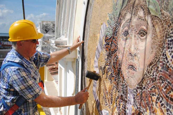 Develan mosaicos restaurados del teatro Tomás Terry en Cienfuegos