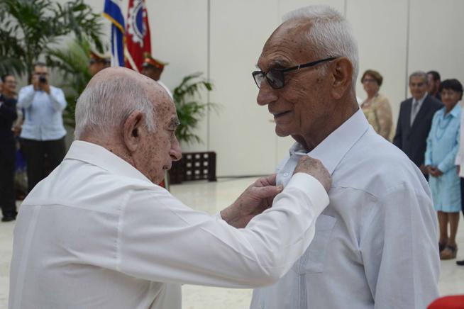 Entregan en Cuba títulos de Héroes y Heroínas del Trabajo