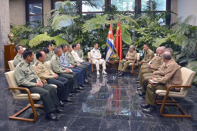 Recibió Raúl al Almirante Miao Hua, de la Comisión Militar Central de la República China