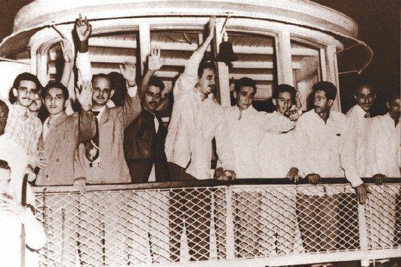 Fidel, al centro, saluda a compañeros y amigos que aguardaban por los moncadistas en el muelle de Batabanó en su regreso de Isla de Pinos a bordo de El Pinero.